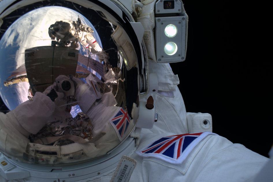 Selfie del astronauta de la ESA Tim Peake durante la salida al espacio
