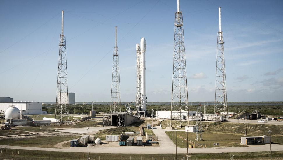 Cohete Falcon 9 de SpaceX en la rampa de lanzamiento. ( foto: SpaceX )
