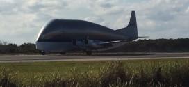El Super Guppy de la NASA aterrizando en el KSC