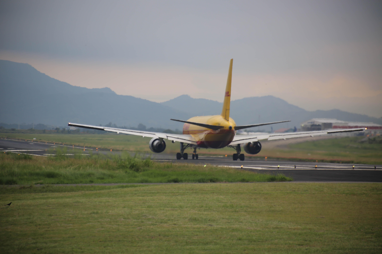 pista norte con Avión de DHL