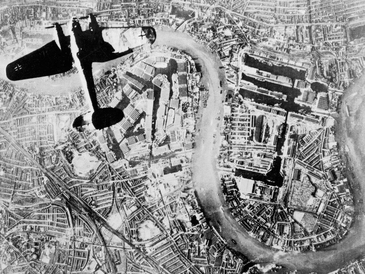 Heinkel 111 sobre los meandros del Támesis en Wapping
