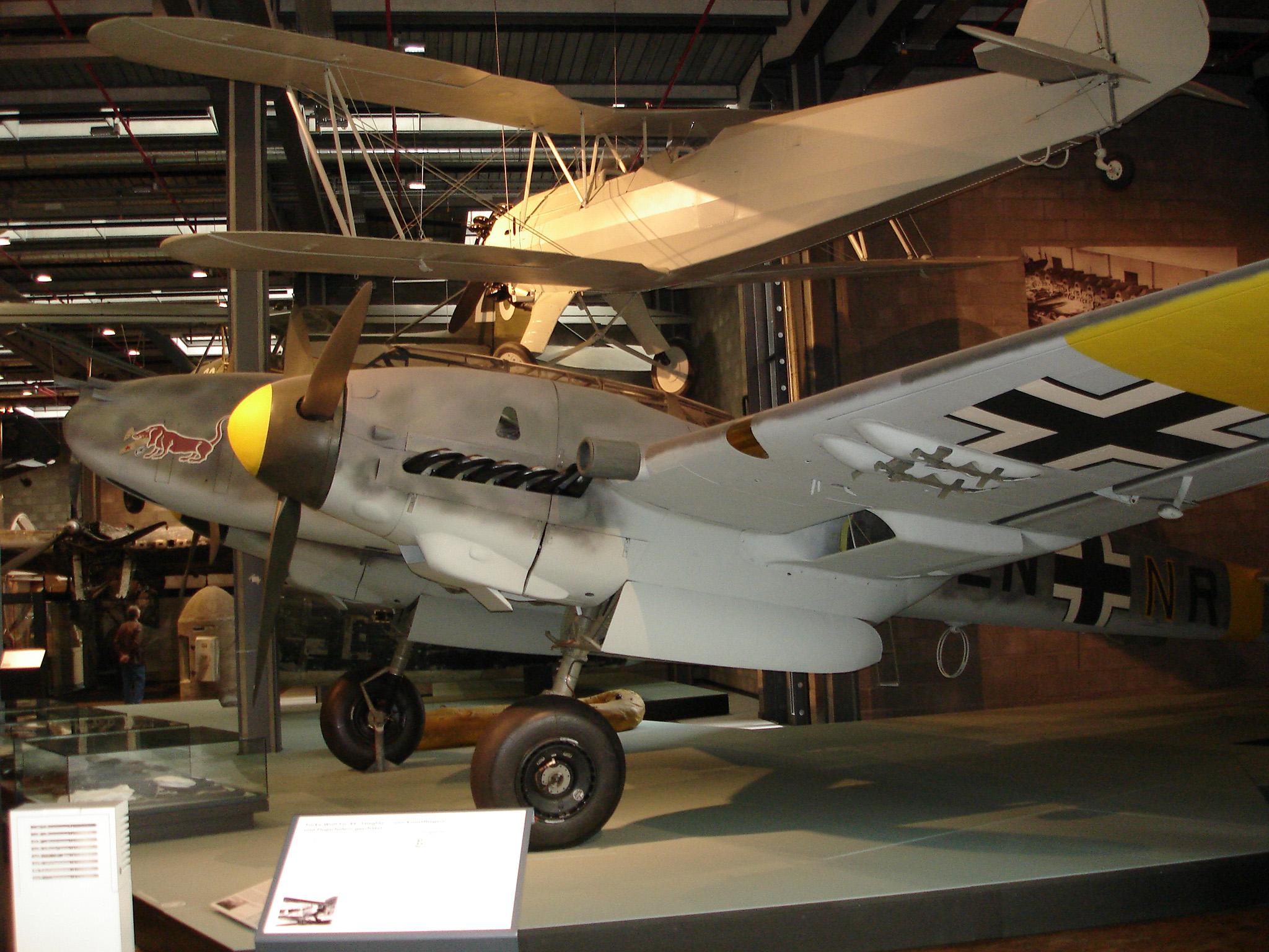 Messerschmitt Bf 110 G-4  Werk Nr 5052  El emblema del morro le identifica como perteneciente a la Staffel 10.(Z)/JG 5, el escuadrón 10 – independiente – de Zerstorer (destructores, esto es, cazas pesados bimotores) de la escuadra de caza 5 -de cazas monomotores-.