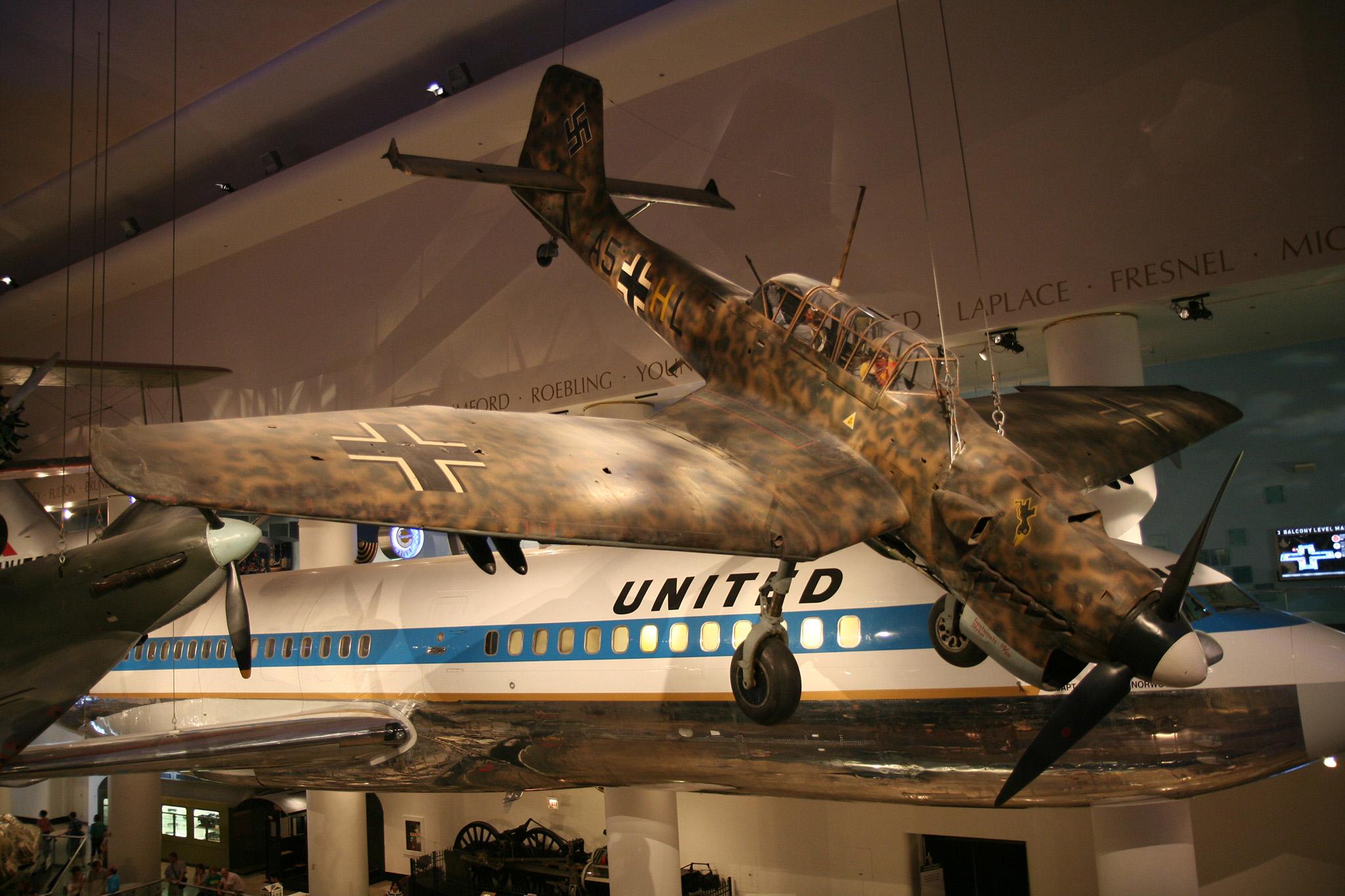 Junkers Ju 87 Stuka. Pese al mito de la Batalla de Inglaterra, cumplió con honor y en circunstancias casi imposibles con su misión de ataque a tierra -habitualmente en picado- en todos los frentes durante toda la guerra. Muy maniobrable, hasta con su carga de bombas, y capaz de resistir un terrible castigo.