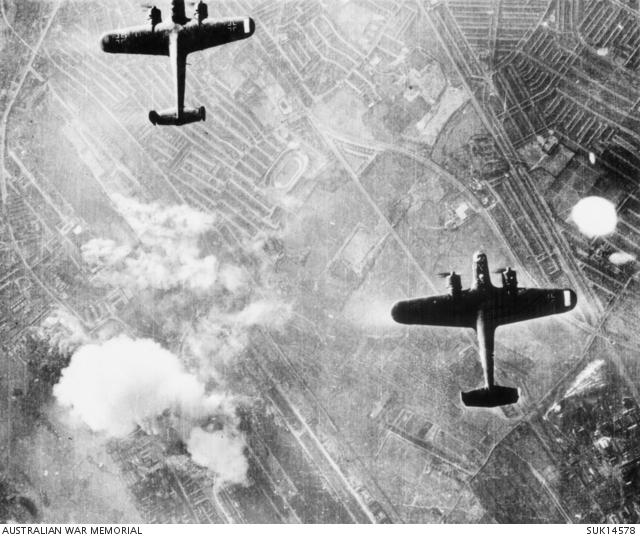 Dornier Do 17. El conocido como 'lápiz volador' iba a ser un rápido avión de línea y fue convertido en bombardero. Excelente avión de combate pero poco conocido y considerado. Aquí los vemos sobre Beckton. Las barras blancas de las alas son símbolos para la navegación de las formaciones