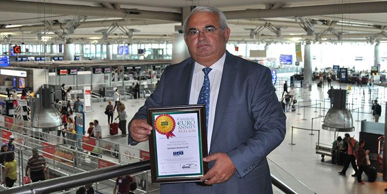 Kemal Ünlü, Vicepresidente TAV Airports Istanbul Atatürk con el galardón de los Euro Annies Awards