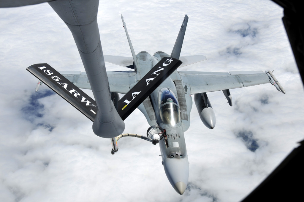 F-18 repostando en un sistema mixto boom/cesta. La corta longitud de la manguera, limita mucho el movimiento una vez enganchado.