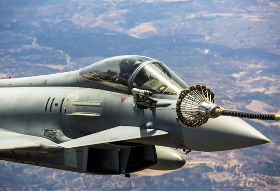 Eurofighter en posición pre-contact, listo para recibir la autorización para reabastecer.