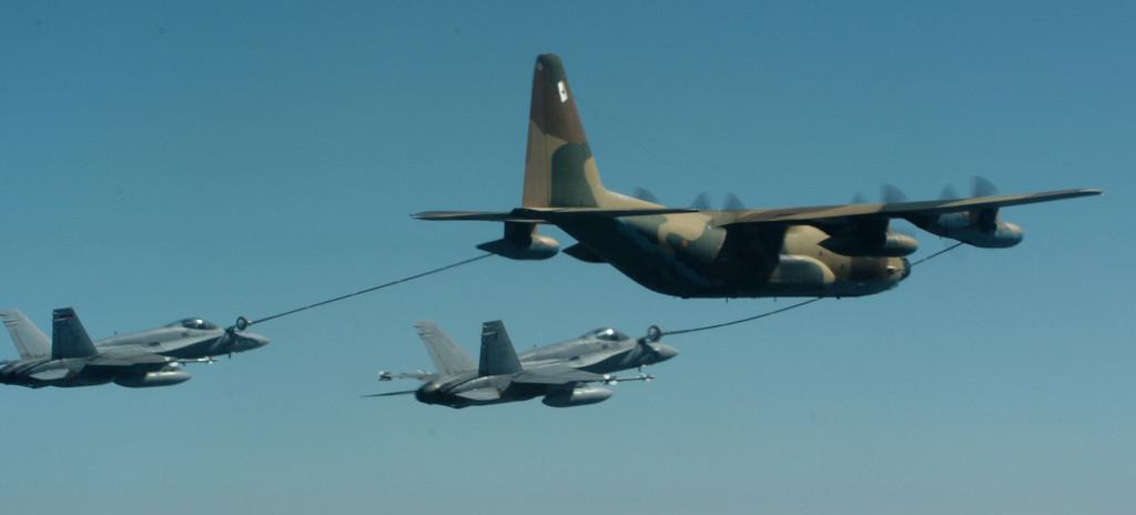 Nuestros F-18 con cesta repostando de un C-130 Hércules
