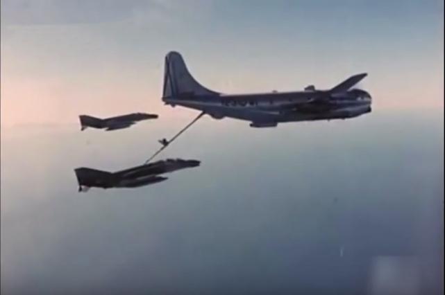 KC-97 repostando a F-4 del Ala 12