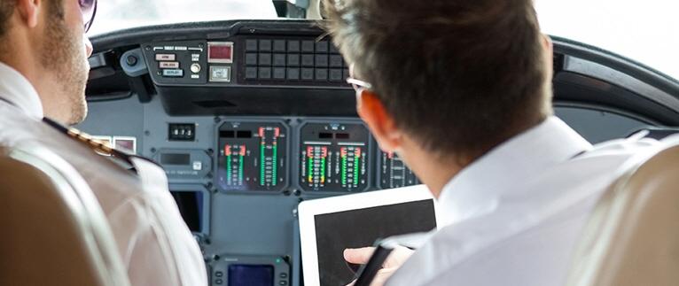 pilotos usando tableta