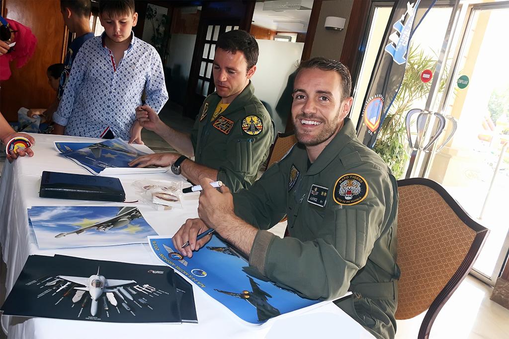 Firma de carteles del Equipo demostrador del Ala 14, Capitán Navia y Teniente Juárez