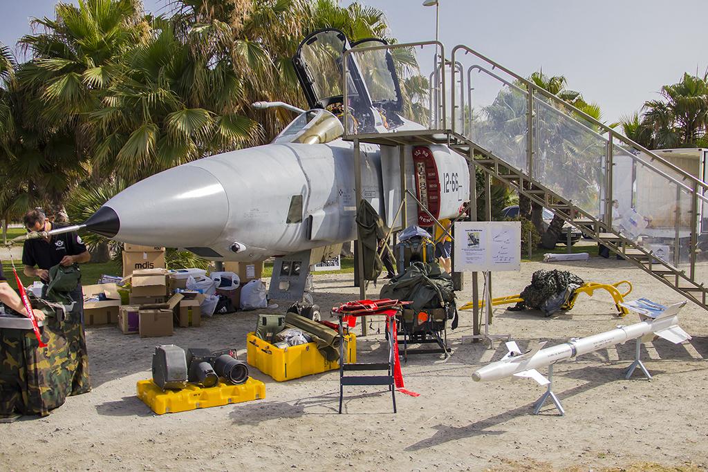 El F4 no venía solo y es que además del avión también había material y equipamiento que utilizaba expuesto.