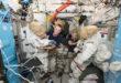 Kate Rubins y  Jeff Williams preparando los trajes para salir al espacio