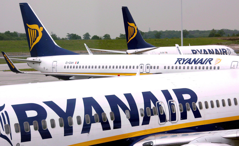 ARA17 DUBLIN (IRLANDA) 20/7/2010.- (ARCHIVO) Foto del 10 de mayo de 2007 donde aparecen tres aviones de la aerolínea irlandesa de bajo coste Ryanair en el aeropuerto de Dublín, Irlanda. Ryanair informó hoy, martes 20 de julio de 2010, que aumentó un 1 por ciento sus beneficios durante los primeros tres meses del presente ejercicio fiscal, hasta los 93,7 millones de euros netos. El comunicado de la compañía agrega que las ganancias durante ese periodo cayeron, no obstante, un 24 por ciento respecto al año anterior debido a las interrupciones provocadas por la nube de ceniza del volcán islandés entre los pasados meses de abril y mayo, lo que obligó a cancelar unos 10 mil vuelos con un coste de 50 millones de euros. EFE/ANDY RAIN TELETIPOS_CORREO:EBF,%%%,%%%,%%%