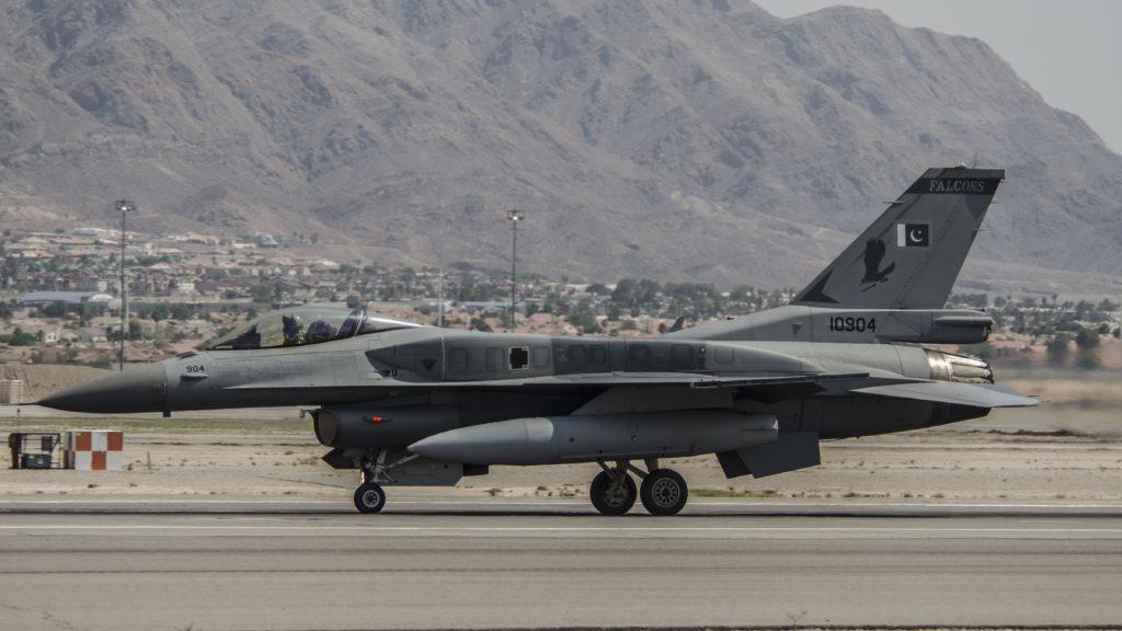 F-16C Paquistaní rodando en Nellis. FOTO: USAF (Nellis)