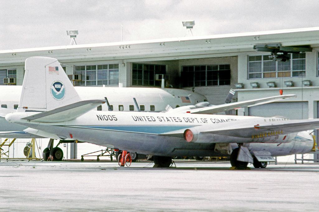 Foto: Avión Martin RB-57A y Douglas DC-6B en 1975. (Wikipedia)