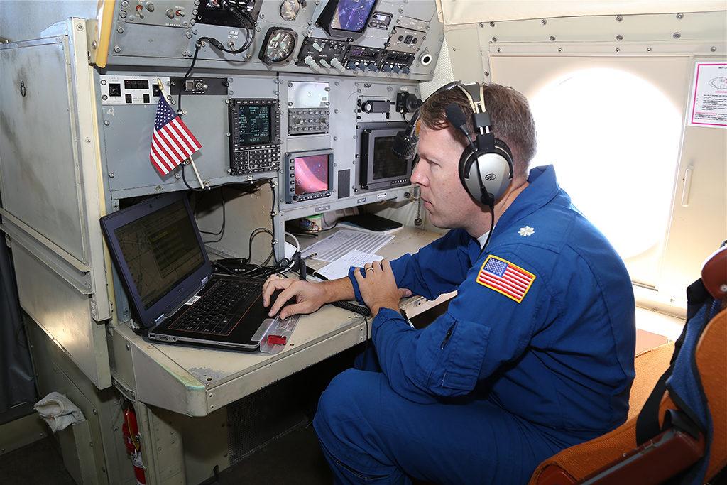 Navegante en su puesto del P-3 durante una misión. Foto: NOAA