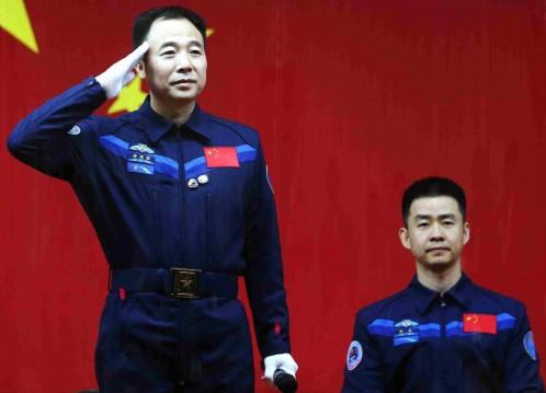 Jin Haipeng y Chen Dong saludan en la jornada previa a su misión especial. Foto: Efe