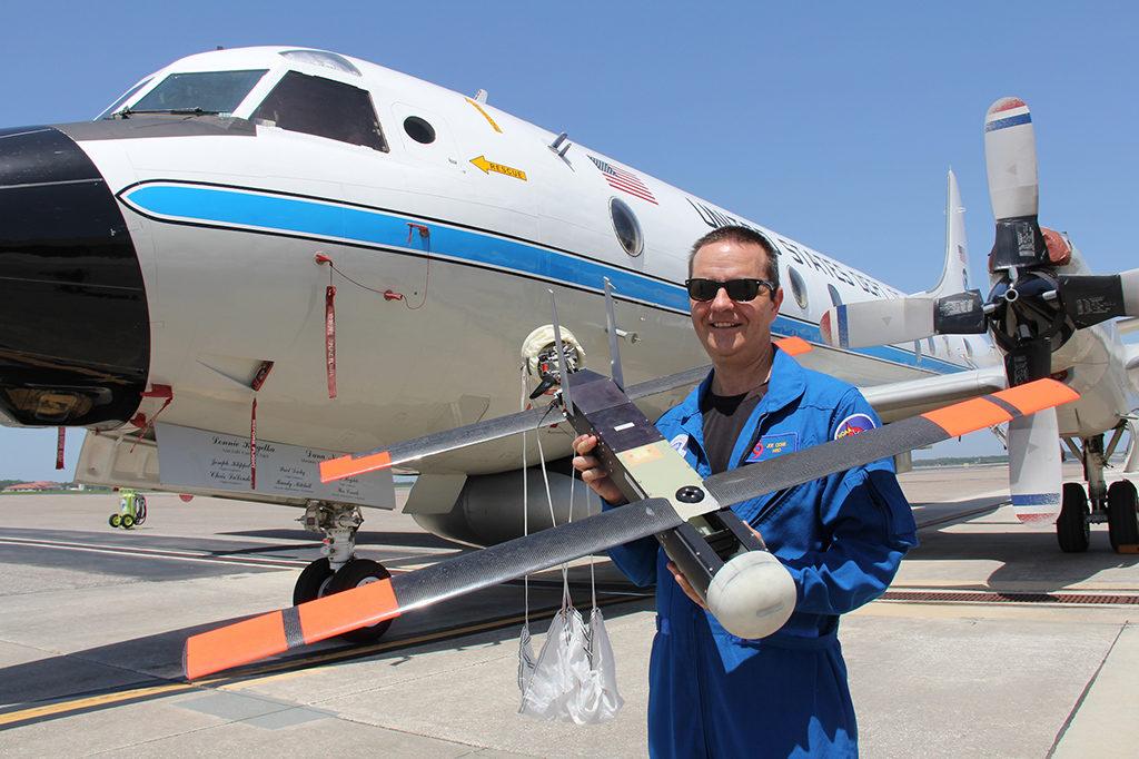 Foto: Avión P3 y Coyote UAS. Foto NOAA