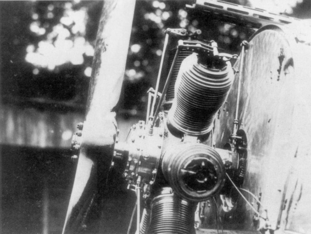 Detalle del sistema de Antony de Fokker, mostrando el engranaje Stangensteuerung conectado directamente al accionamiento de la bomba de aceite en la parte trasera del motor. Wikipedia.