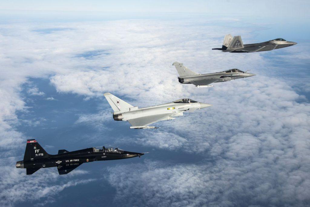 Cazas de última generación en formación. Fuente: The Aviationist