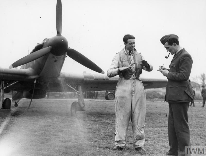 Un piloto de Hurricane habla con un oficial de inteligencia después de volver de un combate aéreo en Octubre de 1940. Imperial War Museum