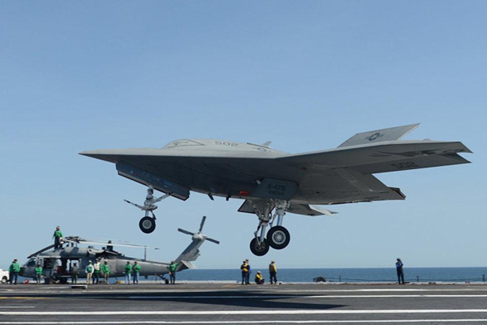 Dron de combate X-47B realizando pruebas en el USS George HW Bush. Foto: USNews
