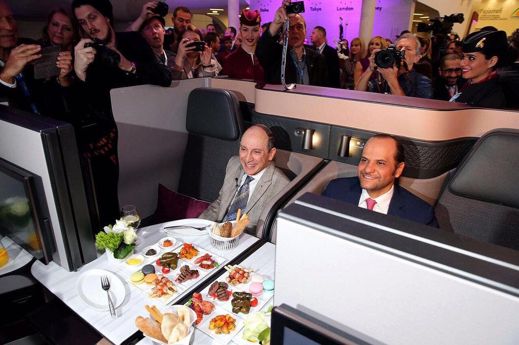 El Director Ejecutivo de Qatar Airways Group, H.E. Sr. Akbar Al Baker (a la izquierda), y el Embajador del Estado de Qatar en Alemania, H.E. Jeque Saoud Bin Abdulrahman Al-Thani (derecha).