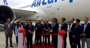 Delegación de Globalia, encabezada por su director general, Pedro Serrahima en la entrega del avión