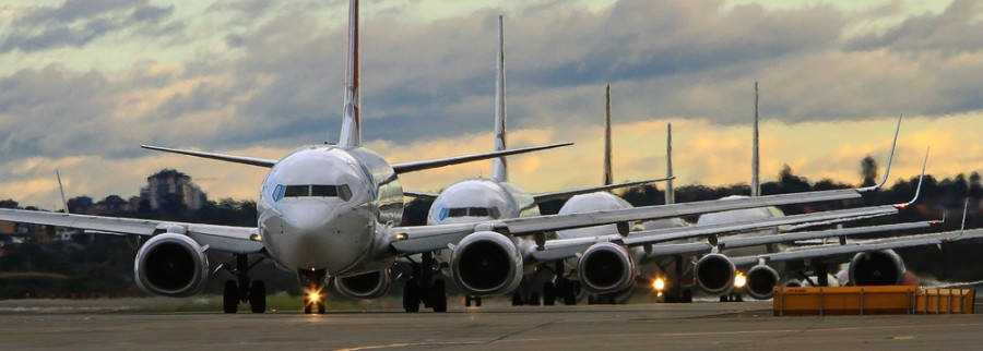 Airplanes-in-line-on-runway
