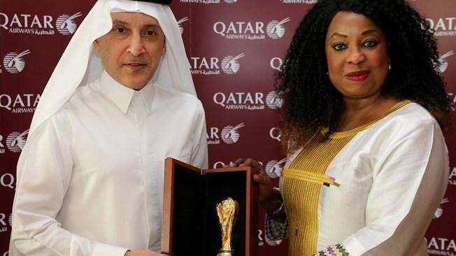 Akbar Al Baker, director ejecutivo del Grupo Qatar Airways y Fatma Samoura, secretaria general de la FIFA
