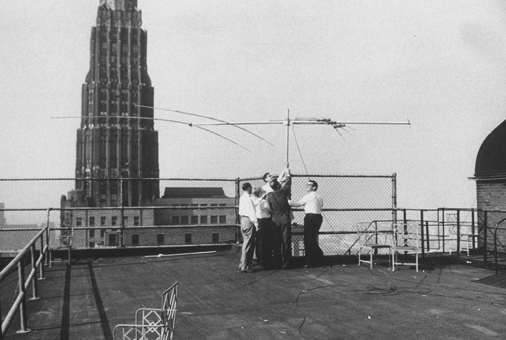 Ingenieros instalan una antena en Chicago para poder recibir las señales del Sputnik 1