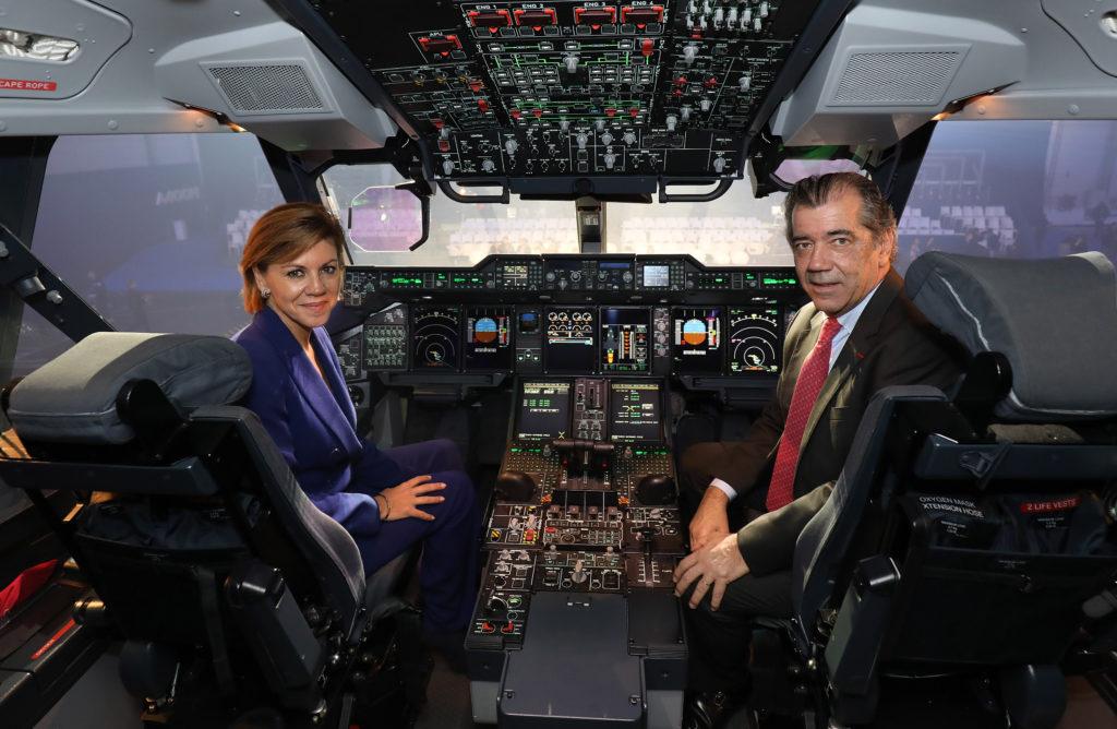 Cospedal y Alonso en el cockpit de un A400M