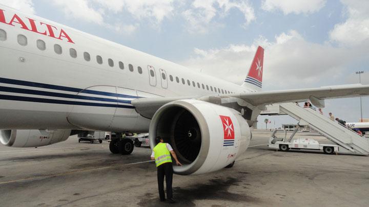 Inspección prevuelo de un A-320 de Air Malta. Foto: Wikipedia