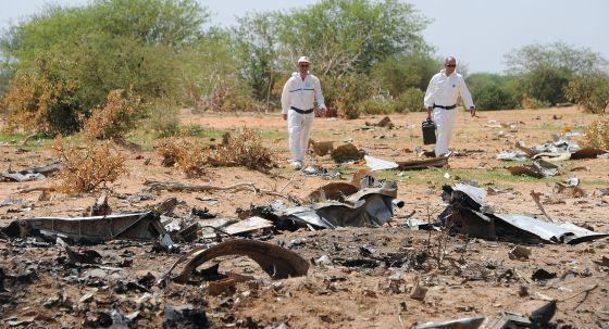 Forenses inspeccionando los restos del avión que se estrelló en Malí en julio 2014 de la española Swiftair, subcontratada por Air Algérie.