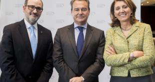 De dcha a izda: Begoña Cristeto, Secretaria General de Industria y de la PYME, junto con Agustín Conde, Secretario de Estado de Defensa, y Jaime de Rábago, Presidente de TEDAE.