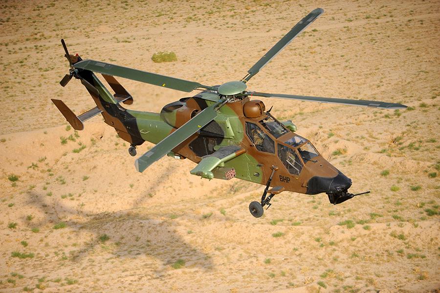 Helicóptero Tiger volando sobre la planicie de Chamali en Afganistan.