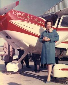 """Geraldine """"Jerrie"""" Mock posando junto a su Cessna 180 en el aeropuerto de Port Columbus, el 19 de marzo de 1964, antes de despegar rumbo a su vuelo récord en solitario alrededor del mundo en un avión monomotor. Foto: Smithsonian National Air and Space Museum"""