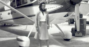 "Jerrie Mock junto a su Cessna 180 ""The Spirit of Columbus""."