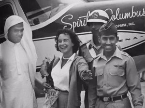 A la llegada de Jerrie Mock a Dhahran, Arabia Saudita. Foto: de Saudi Aramco, la empresa estatal de petróleo y gas de Arabia Saudita, para Smithsonian National Air and Space Museum