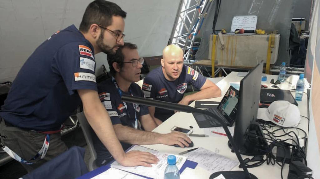 El equipo técnico-táctico del Team Velarde trabajando con el software de análisis y preparando la estrategia de carrera. Foto: Team Velarde