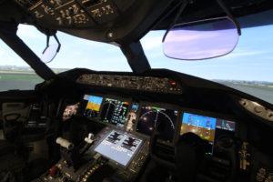 Detalle de la cabina del simulador del B-787. (foto: LMC)