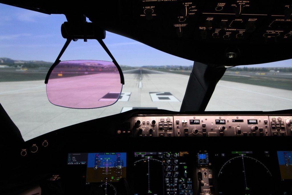 Foto: Detalle de la cabina del Boeing 787-9 y el Hud listos para despegar por la 36L de Madrid-Barajas. (Luis M-C)