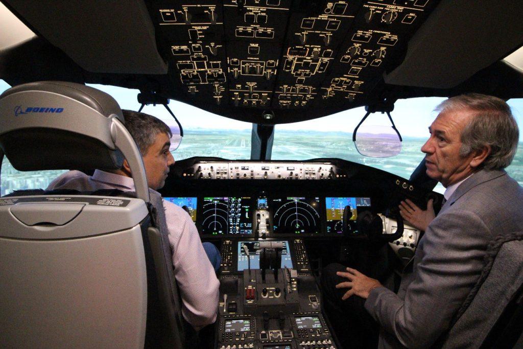 Foto: El autor y Jaime Ferrer en el simulador recibiendo explicaciones sobre el avión, la formación y la metodología de enseñanza en CAE.