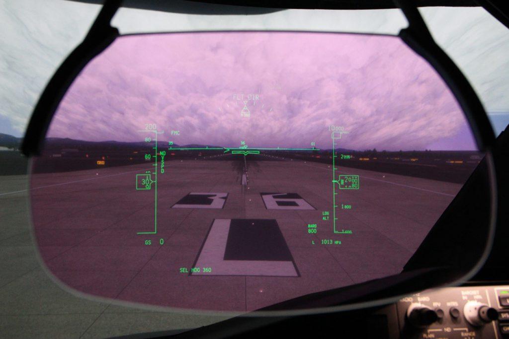 Foto: Detalle del HUD del Simulador del Boeing 787-9 de CAE (Luis M-C)