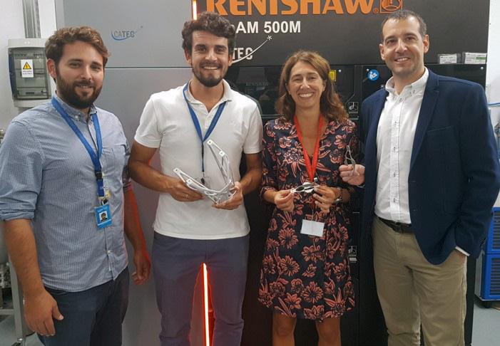 De izquierda a derecha, Carlos Galleguilos y Antonio Periñan, ingenieros de FADA-CATEC; Marta García-Cosío, directora de la División Aeroespacial de CiTD; y Fernando Lasagni, director de la División de Materiales y Procesos de FADA-CATEC, con algunos de los componentes fabricados para el satélite CHEOPS.