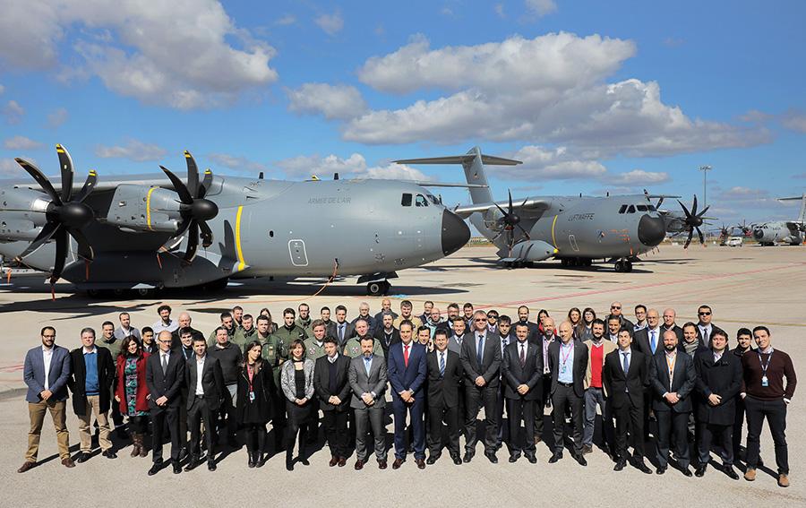 Foto: Equipos de entrega de Airbus y OCCAR, y a las tripulaciones francesa y alemana delante de los dos aviones tras la ceremonia oficial de entrega el pasado marzo de este 2018. (Airbus)