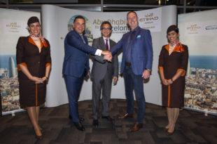 De de izquierda a derecha):Robin Kamark, Director comercial de Etihad Aviation Group, H.E. Antonio Álvarez Barthe, Embajador de España en los Emiratos Árabes Unidos y Tony Douglas, CEO de Etihad Aviation Group, flanqueado por la tripulación de cabina de Etihad Airways.