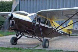 La Puss Moth realizando pruebas de motor en Inglaterra, antes de su envío a Italia, donde realizará su primer vuelo ya que tiene Certificado de Aeronavegabilidad de ese país.