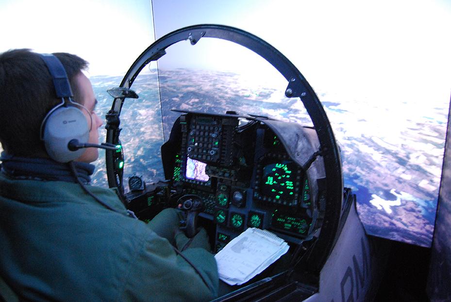 El simulador de vuelo del AV-8B Plus, desarrollado y fabricado por Indra, también recibe constantes actualizaciones con el fin de que mantenga su fidelidad al avión real. En su cockpit vemos al teniente de navío Jorge Flethes, durante una sesión programada.